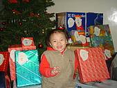 2006年聖誕節公司聚餐:冕冕坐在禮物堆中真開心