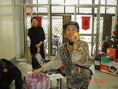 2006年聖誕節公司聚餐:新聞组張大姊開心的抽獎