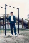 蟲爸學生時代校外剪影:燙髮後於社區公園.jpg