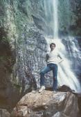 蟲爸學生時代校外剪影:北海岸旅遊於瀑布下.jpg
