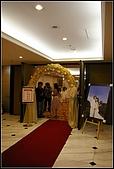 96/03/24_啾奇文定:喜宴廳入口的花拱門與40吋大相框