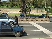 3/30義大利蜜月旅行(第二天)羅馬:080330-0055Rome走在馬路中間的人.JPG