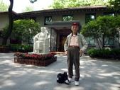 中國~故事江南旅遊活動。第5天:P1080478孫中山遺孀宋慶齡故居文物館參訪~館前廣場及雕塑像.JPG