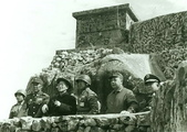 蔣介石逛金門:1959Chiang Kaishek and Chiang Ching-kuo inspecting defensive fortifications at Jinmen, Fujian Province, Republic of China, 24 Jan 1959.jpg