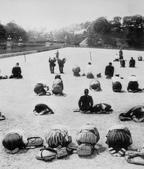 日本投降台灣光復:宣布投降Japanese civilians outside the Imperial Palace near the Nijubashi bridges, Tokyo, Japan, 15 Aug 1945.jpg