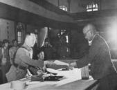 日本投降台灣光復:南京受降Yasuji Okamura surrendering to He Yingqin, Nanjing, China, 9 Sep 1945.jpg
