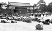 日本投降台灣光復:宣布投降Japanese civilians listening to Emperor Showa's surrender address outside the Imperial Palace, Tokyo, Japan, 15 Aug 1945.jpg