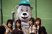 2006亞洲職棒大賽__辣妞啦啦隊篇:此時也是陷入暴動之中,不少日本叔叔拿出手機猛拍!