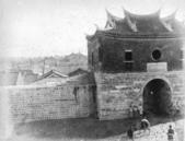 臺灣歷史印象--人文篇:1895年,台北北城門,至今仍存。 10268582_1400361840246622_4898226115081105327_n.jpg
