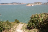 2012-10-12_北竿:前往「洞六據點」的下坡,陡峭得很像要衝到海裡去!