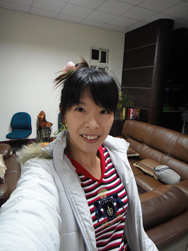 2011年02月_農曆新年(兔年):[初二] 我是阿花 XD(我頭上插的是真正的茶花喔)
