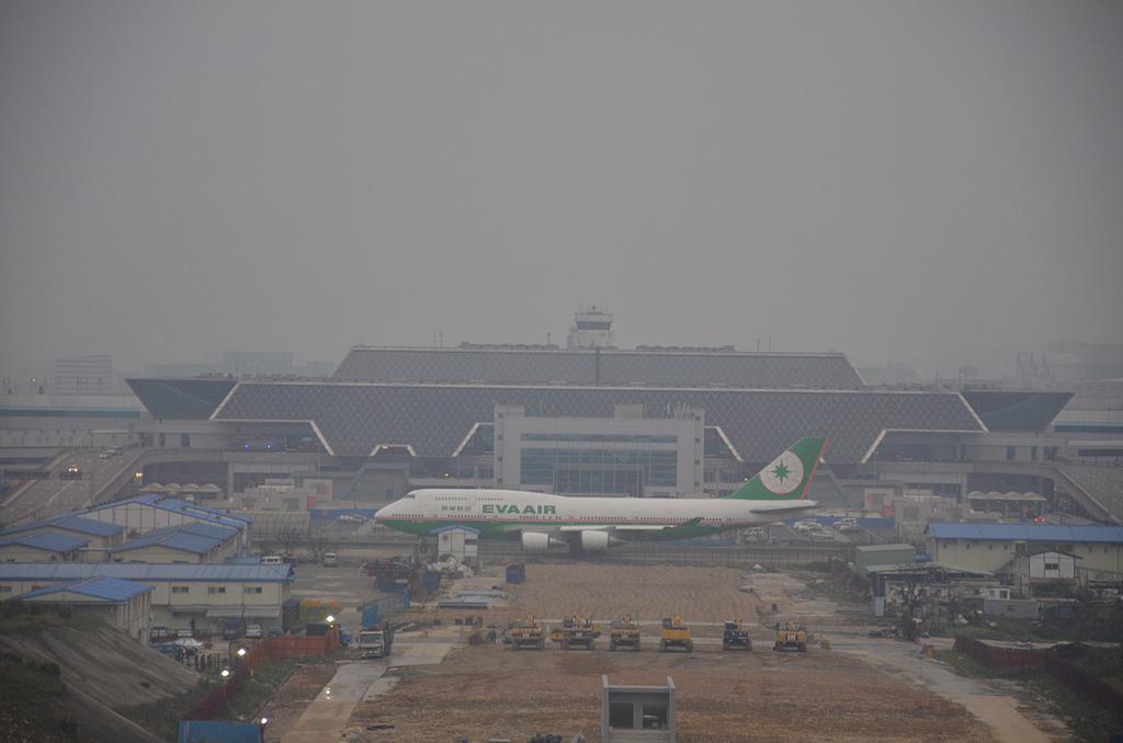 2011年01月生活:0130_飛機從航廈門口走過去...