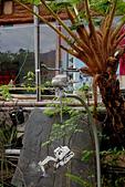 2015/02/14~15_霧臺鄉二日遊:這個『直升機+挖土機』的擺設,是杜爸爸對88風災遇難的英雄的紀念!