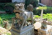 2012-10-15_南竿慢慢遊:老頭將軍廟旁的小石獅,後面就是菜園