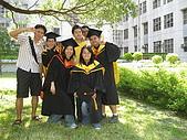 20070622 碩士服拍拍拍 (李昀 & NCU_Math):資電館到此一遊