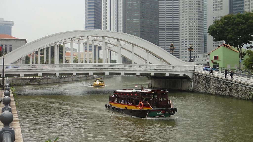 2012-03-24_新加坡第二天,徒步旅行市政區:122452_克拉碼頭,這一條就是『新加坡河』,搭船可以遊覽市區景觀喔