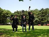 2005.06.05.畢業典禮(老哥):畢業好像都要丟一下學士帽耶...