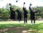 2005.06.05.畢業典禮(老哥):四個人跳得還挺平均的,不過我還是很矮><