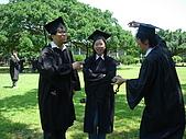 2005.06.05.畢業典禮(老哥):討論要擺什麼pose中