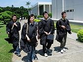 2005.06.05.畢業典禮(老哥):準備前往校徽搞破壞
