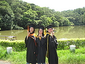 20070622 碩士服拍拍拍 (李昀 & NCU_Math):好姊妹的...裝可愛照?!?