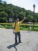 20070622 碩士服拍拍拍 (李昀 & NCU_Math):從台北趕來的志達,一路從大門跑上後山