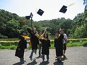 20070622 碩士服拍拍拍 (李昀 & NCU_Math):哈哈!帽子飛了,我也飛了