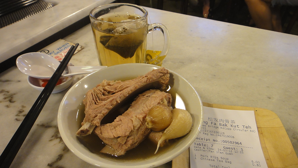 2012-03-24_新加坡第二天,徒步旅行市政區:124032_「肉骨茶」之所以稱為「茶」,就是要配中國的茶才對味喔!!