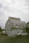 [Film 1]  綠島【Pentax Espio Mini + XTRA400】:〔2014-10-08〕 其實這棟房子超有趣的,上面像是一堆白色的紙不規則而重覆的貼在上面,只是解析度太差了什麼都看不出