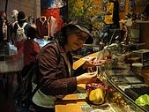 2010-05-09 母親節武陵農場行:我媽在挑豆子(熊熊忘記名字是什麼)