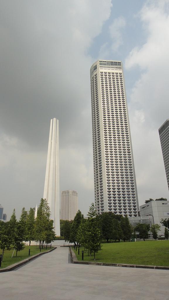 2012-03-24_新加坡第二天,徒步旅行市政區:110115_高聳的紀念碑跟大廈(應該有超過新光三越吧?)