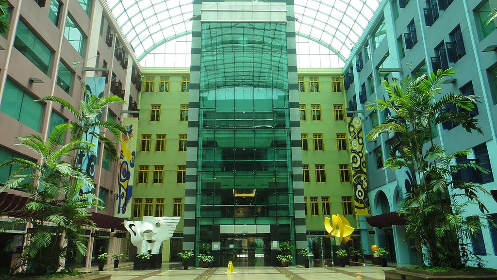 2012-03-24_新加坡第二天,徒步旅行市政區:134508_@Mica Building (屋頂是玻璃可透光,但裡面有冷氣喔!)