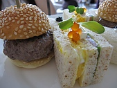 伶渝婉筠生日慶@ BELLAVITA:上層~鹹的午茶~~不錯吃,但漢堡肉有點生,要特別請他加熟><