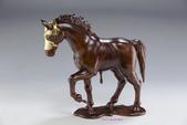 當代藝術家 ~ 詹志評的木雕作品:配戴黃金盔甲的戰馬
