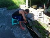 家庭6:老公用竹子做水管接頭中 (2).jpg