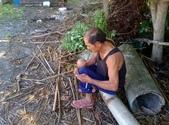 家庭6:老公用竹子做水管接頭中 (3).jpg