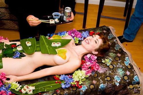 """世界上最昂貴的壽司!日本的""""女體盛"""""""