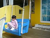 我們在墾丁。天氣晴^^:尼斯館庭院房門前的藍椅鞦韆