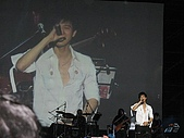 王力宏演唱會:白色七分袖襯衫,很迷人。