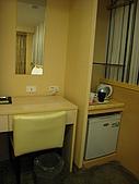 [住宿] 台北 璽愛旅館:冰箱上頭是開放式衣架