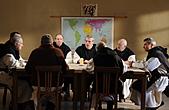 人神之間:場景隱喻耶穌「最後的晚餐」《人神之間》受難精神跨越宗教.jpg